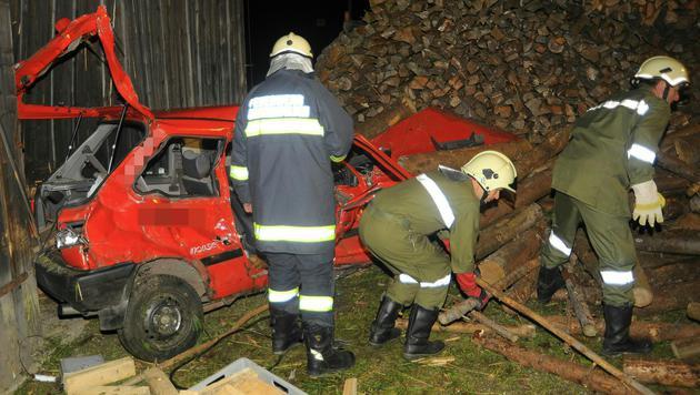 Der Wagen kollidierte mit einem Holzstoß und prallte gegen eine Scheune. (Bild: PRESSESTELLE BFK UU)