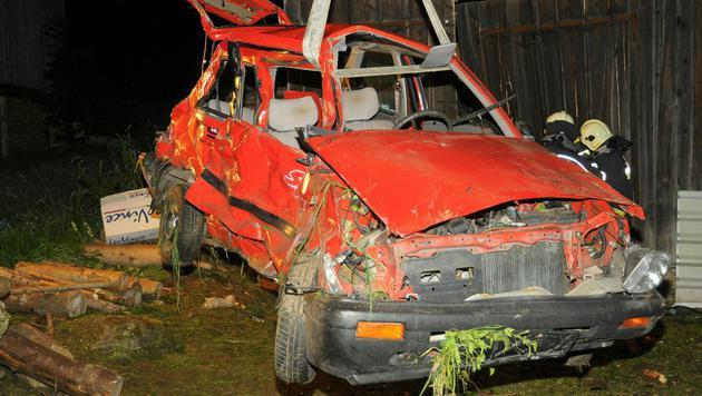 Die Bergung des völlig deformierten Unfallwagens (Bild: PRESSESTELLE BFK UU)