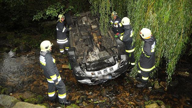 Der Wagen stürzte in ein Bachbett und kam am Dach zu liegen. (Bild: APA/HANS FILIPP/WAS-TUAT-SI.AT)