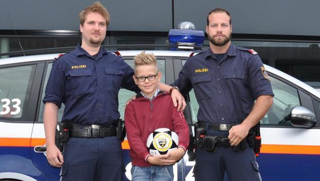 Alexander Clauer und Markus Taxauer mit dem Zehnjährigen (Bild: Polizei)