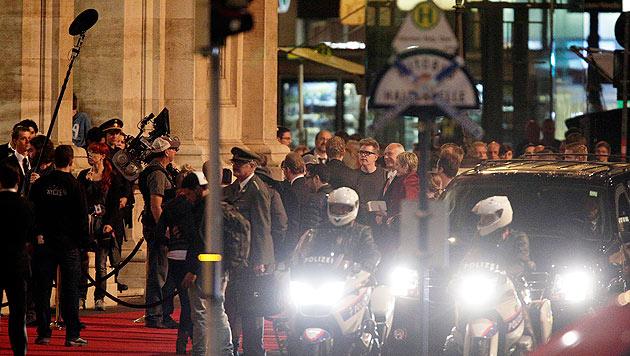 """Die """"Mission: Impossible""""-Crew dreht Szenen am roten Teppich vor der Wiener Staatsoper. (Bild: APA/GEORG HOCHMUTH)"""