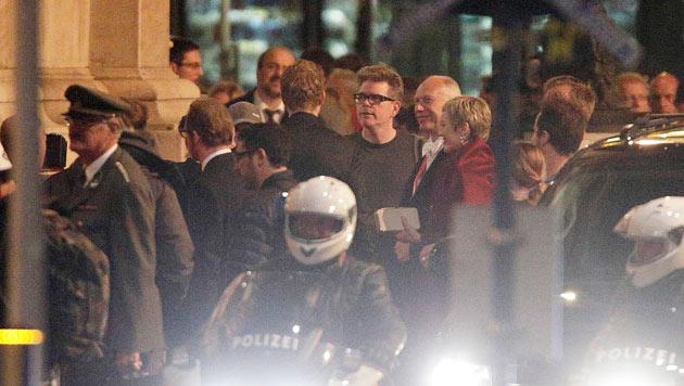 Regisseur Christopher McQuarrie während der Dreharbeiten vor der Wiener Staatsoper (Bild: APA/GEORG HOCHMUTH)