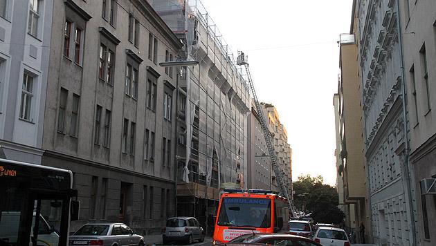Gasexplosion in Wien: Dach von Wohnhaus abgehoben (Bild: Andi Schiel)
