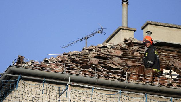 Gasexplosion in Wien: Dach von Wohnhaus abgehoben (Bild: APA/GEORG HOCHMUTH)