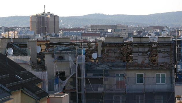 Gasexplosion in Wien: Dach von Wohnhaus abgehoben (Bild: APA/CHRISTIAN SCHWEI)