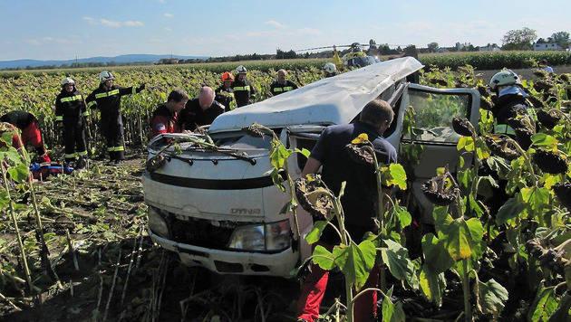 Der Schwerverletzte musste aus dem Fahrzeug befreit werden. (Bild: Birgit Magdits BFK Baden)