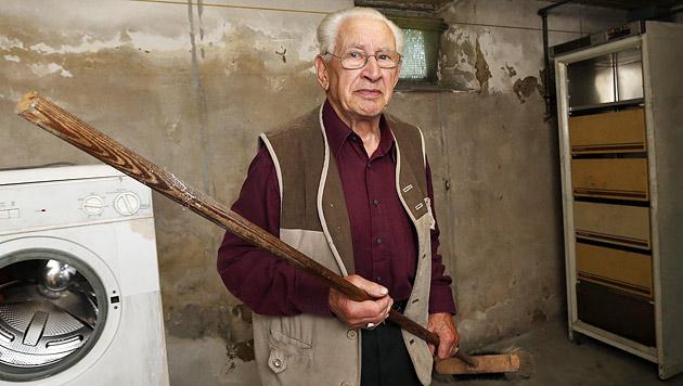 Der 85-jährige Franz Z. trieb den Einbrecher mit einem Besenstiel in den Keller. (Bild: Jürgen Radspieler)