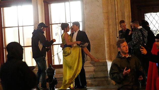 Tom Cruise mit Filmpartnerin Rebecca Ferguson am Filmset vor der Wiener Oper (Bild: Klemens Groh)