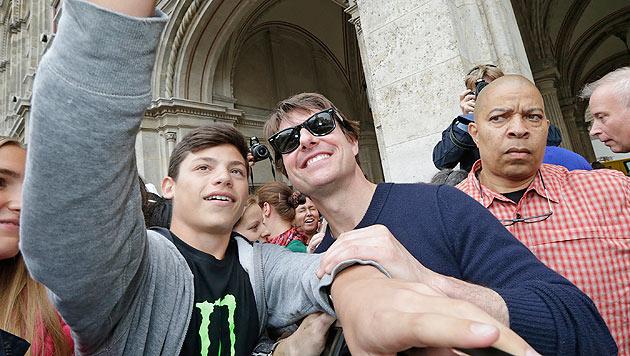 Ein Fan knipst ein Selfie mit Tom Cruise. (Bild: Klemens Groh)