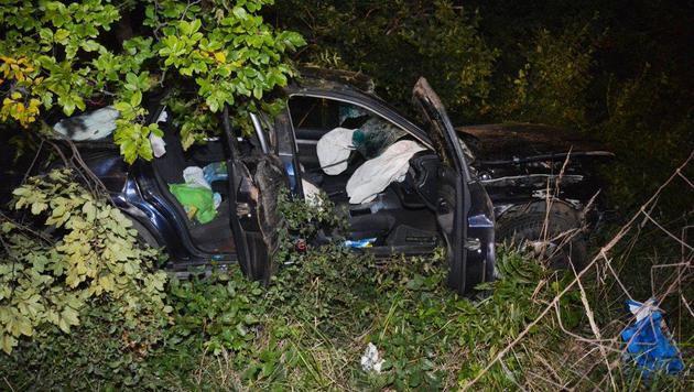 Der Wagen wurde bei dem Unfall völlig zerstört. (Bild: Einsatzdoku.at)