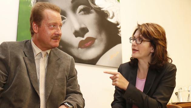 Alfred Warchol (im Bild mit seiner Anwältin Astrid Wagner) will in seinen alten Job zurück. (Bild: Zwefo)
