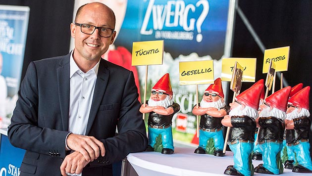SPÖ-Spitzenkandidat Michael Ritsch mit seinen Gartenzwergen (Bild: APA/DIETMAR STIPLOVSEK)