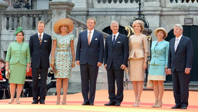 ... – selbstverständlich mit den Ehrengästen der Nachbarländer Belgien, Luxemburg und Deutschland. (Bild: EPA)