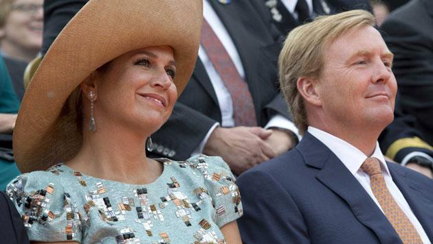 Königin Maxima und König Willem-Alexander wohnen dem Festakt vor dem Rathaus in Maastricht bei, ... (Bild: EPA)