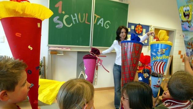 Für rund 69.000 Kinder beginnt wieder die Schule (Bild: APA/Roland Schlager)