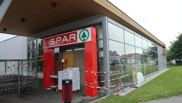 Aus dieser Spar-Filiale stahlen die Täter den Bankomaten. (Bild: Peter Tomschi)