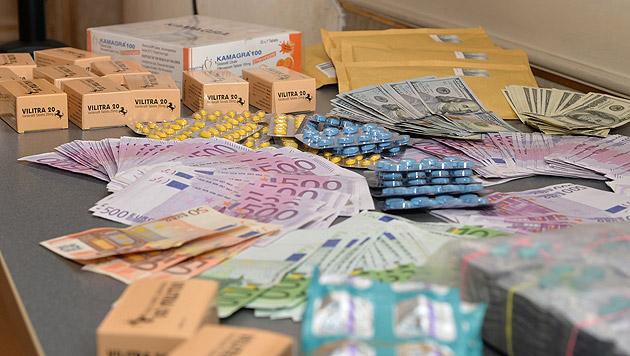 Ein Teil der sichergestellten gefälschten Arzneimittel und Geldscheine (Bild: APA/BMI)