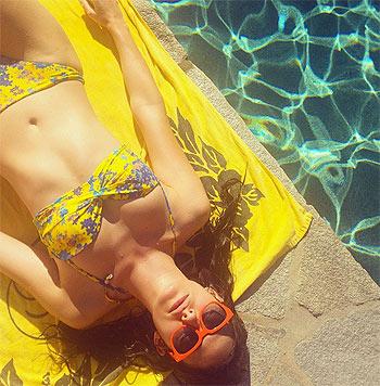 Emmy Rossum im knallgelben Bikini (Bild: instagram.com/emmyrossum)