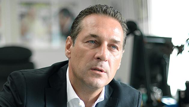 FPÖ-Chef Strache sagt Rot-Schwarz den Kampf an (Bild: APA/ROLAND SCHLAGER)