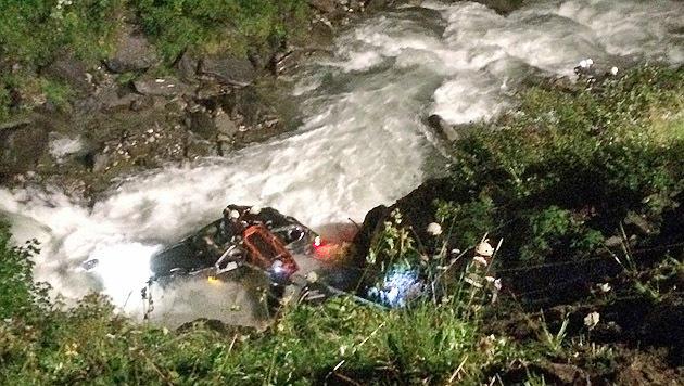 Das Auto stürzte in den reißenden Bach. (Bild: FF Wörth/Niki Faistauer)