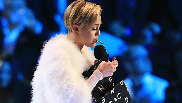 Bei den MTV Europe Music Awards zündete sich Miley auf der Bühne einen Joint an. (Bild: APA/EPA/ANP FILE/Sven Hoogerhuis POOL)