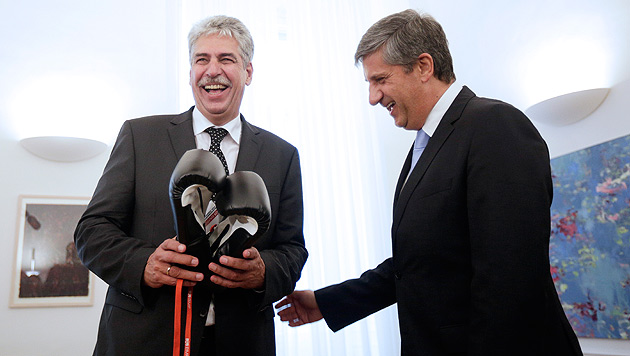 Boxhandschuhe für Finanzminister Schelling von Amtsvorgänger Spindelegger (Bild: APA/GEORG HOCHMUTH)