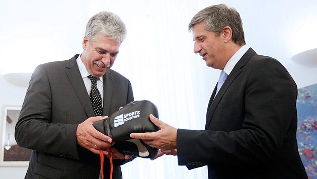 Spindelegger schenkte Schelling Boxhandschuhe (Bild: APA/Georg Hochmuth)