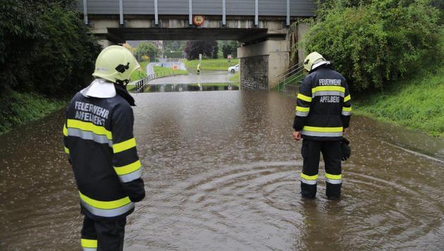 Einige Straßen mussten wegen der Wassermassen gesperrt werden. (Bild: Thomas Zeiler)