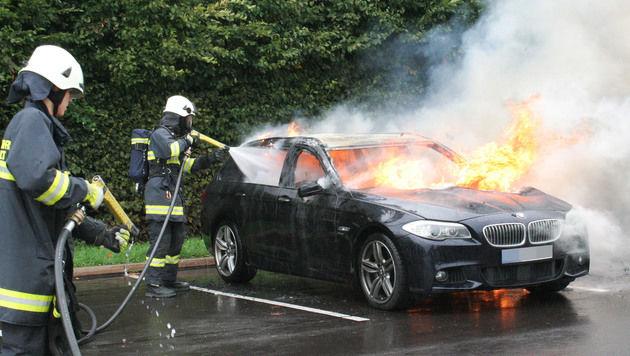 Der BMW ging nach der Explosion in Flammen auf. (Bild: APA/FF SATTLED/ DAVID MAIR)