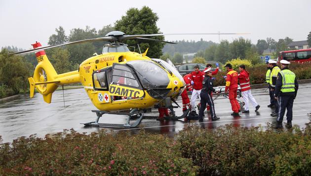 Der 18-Jährige musste mit dem Notarzthubschrauber ins Spital geflogen werden. (Bild: laumat.at/Matthias Lauber)