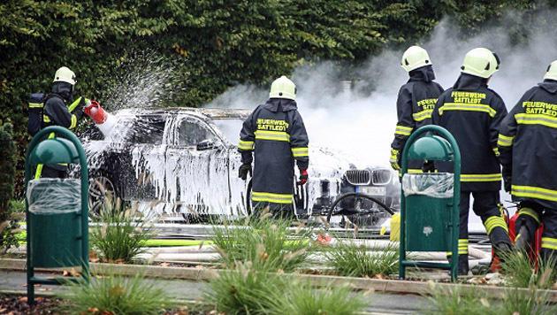 Die Einsatzkräfte löschten das Auto nach der Explosion. (Bild: laumat.at/Matthias Lauber)