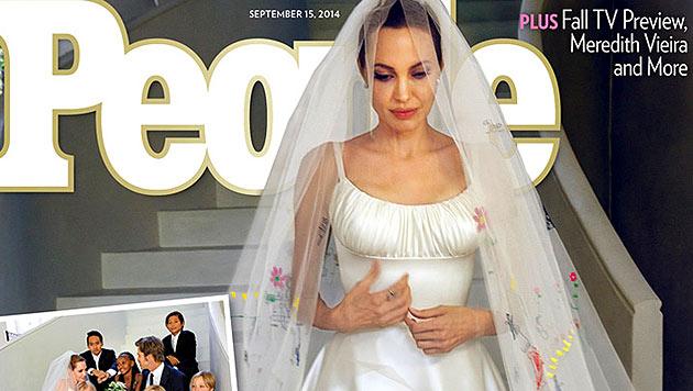 """Angelina Jolie zeigt am Titel des """"People""""-Magazins ihr Brautkleid. (Bild: people.com)"""