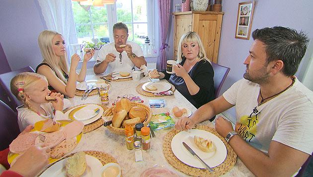 Die Schmitz-Familie beim Frühstück unter sich (Bild: (c) Joker Productions)