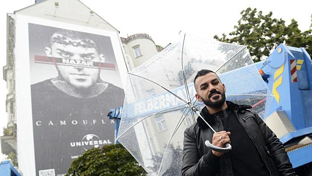 """Nazar vor seinem """"privaten Denkmal"""" (Bild: APA/HELMUT FOHRINGER)"""