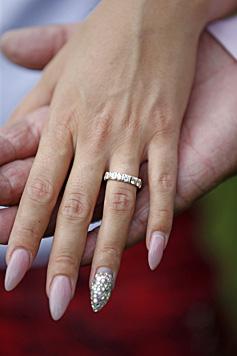 Stolz zeigt Cathy ihren Verlobungsring. (Bild: Reinhard Holl)
