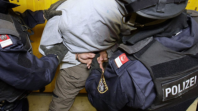Schlag gegen Schlepperbande: Sechs Festnahmen (Bild: APA/HANS KLAUS TECHT (Symbolbild))
