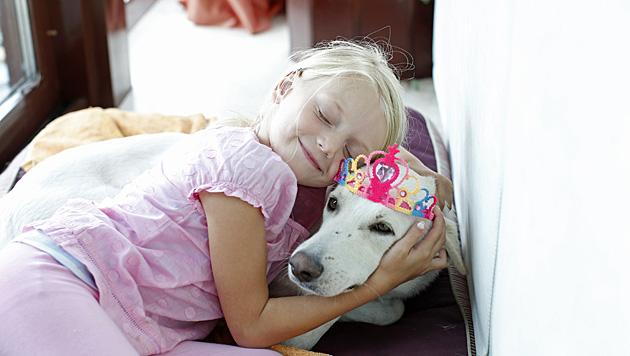 Leonie kuschelt mit dem Familienhund. (Bild: Reinhard Holl)