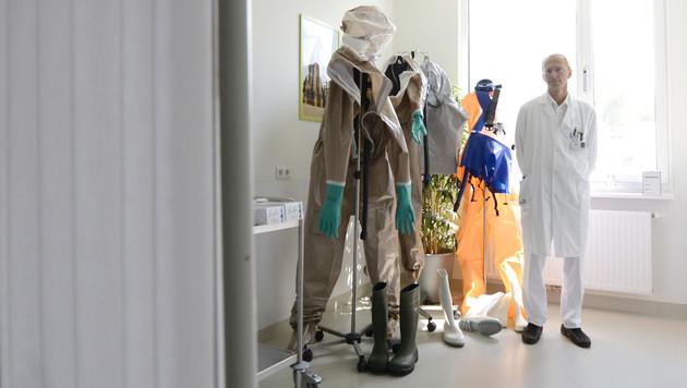Schutzanzüge stehen auf der Infektionsabteilung des Kaiser-Franz-Josef-Spitals bereit. (Bild: APA/HELMUT FOHRINGER)