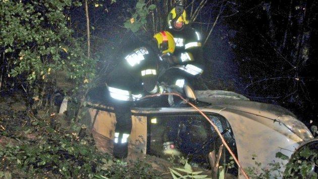 Feuerwehrleute bei der Bergung des Autos (Bild: FF Kaindorf an der Sulm)