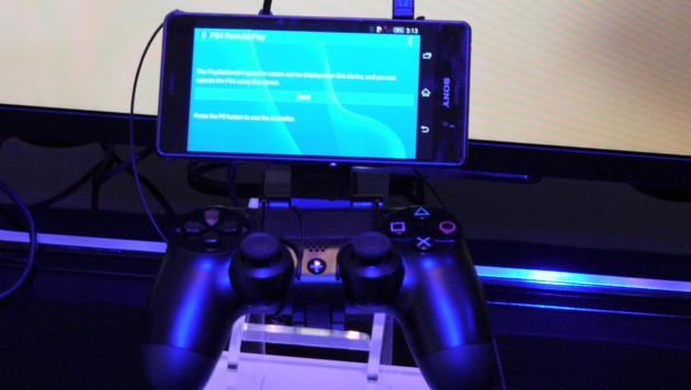 Sony wird eine Halterung anbieten, mit der man die neuen Xperias am PS4-Controller befestigt. (Bild: Dominik Erlinger)