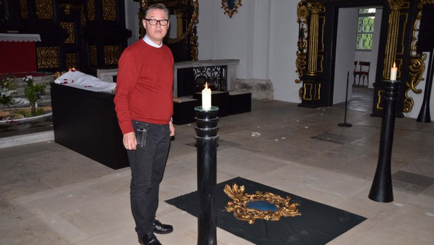 Pfarrer Markus Plöbst ist geschockt von den Vandalenakten an Altar (hinten) und Emblem (am Boden). (Bild: Heinz Weeber)