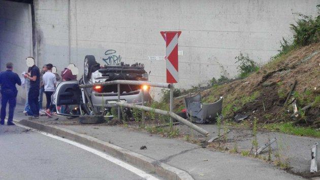 Das Auto überschlug sich und landete auf dem Dach. (Bild: LPD Vorarlberg)