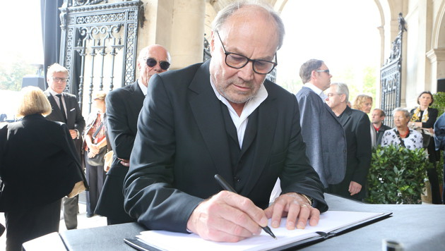 Klaus Maria Brandauer trug sich ins Kondolenzbuch ein. (Bild: Kristian Bissuti)