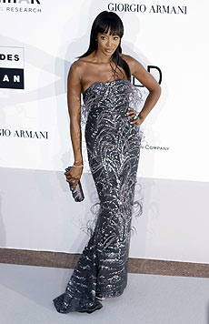 Naomi Campbell in einem glitzernden Abendkleid (Bild: AP/Photo Joel-Ryan)