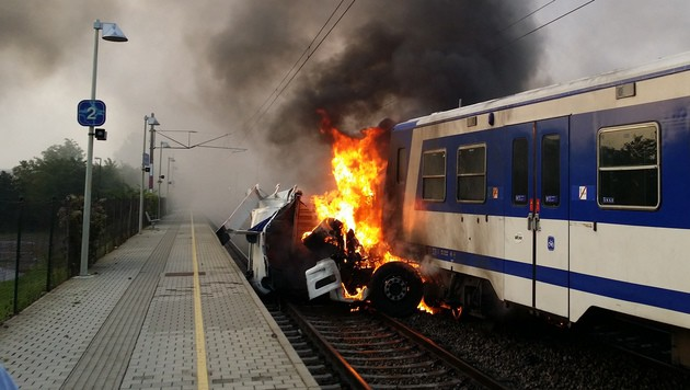 """Der Lkw ging beim Crash in Flammen auf. (Bild: """"Krone""""-Leserreporter Mario Gadinger)"""