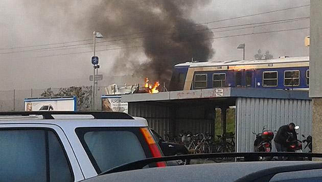 """Der Lkw ging nach dem Zusammenstoß sofort in Flammen auf. (Bild: """"Krone""""-Leserreporterin Sonja Dürnsteiner)"""