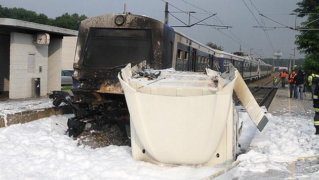 NÖ: Zug schiebt brennenden Lkw bis in Bahnhof (Bild: Andi Schiel)