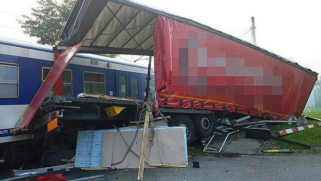 NÖ: Zug schiebt brennenden Lkw bis in Bahnhof (Bild: APA/BEZIRKSFEUERWEHRKOMMANDO KORNEUBURG)