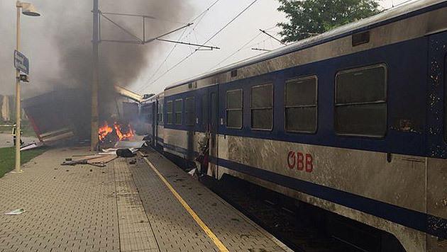 Der Lkw wurde durch die Wucht des Anpralls in den Bahnhofsbereich geschoben. (Bild: Ducky)