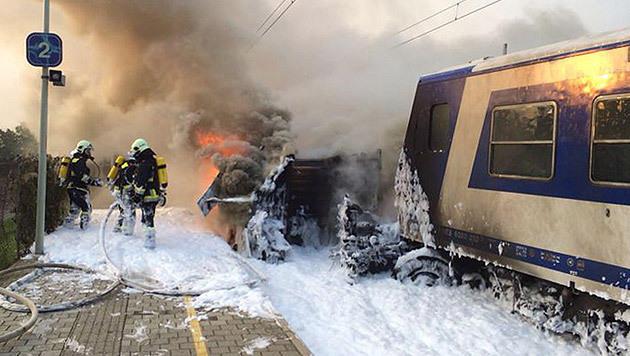 Die Einsatzkräfte starteten sofort einen massiven Löschangriff, um das Feuer einzudämmen. (Bild: APA/FF KORNEUBURG/ZÖGER)
